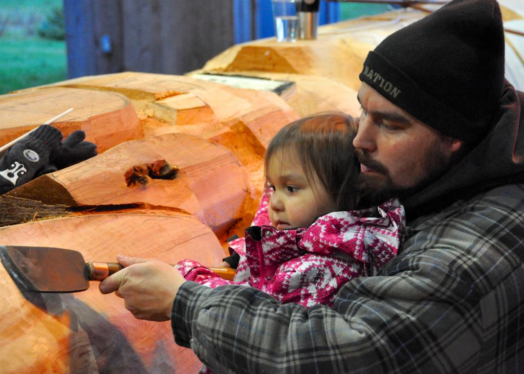 Jaalen Edenshaw with daughter carving the Legacy Pole