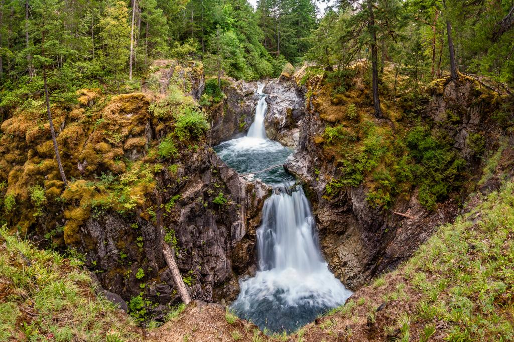 This is the first time I visited Little Qualicum Falls near Qualicum Beach and Parksville on Vancouver Island. I was surprised that nestled in this forested setting and steep mountain peaks is a hidden gem. The beautiful park on central Vancouver Island features impressive waterfalls cascading down a rocky gorge.